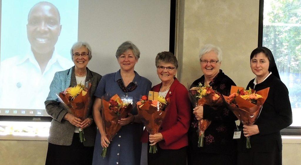 Z leve proti desni: Sister Carolyn Anyega (AF), Sister Roxanne Schares (AF), Irmã Inês Camiran (ALC), Sister Julianne Lattner (AM), Sister Kathleen Storms (CP), Sestra M. Martina Radež (SI).